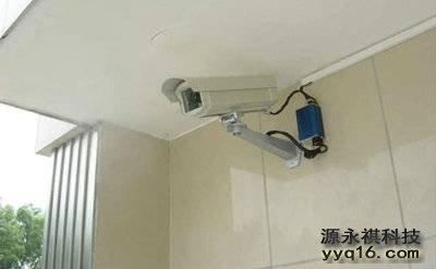 连接电源与信号线,调整监控摄像头角度